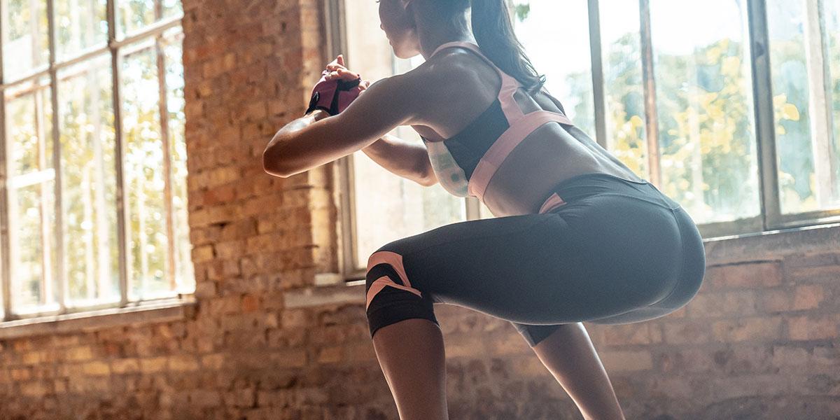 ragazza che fa squat