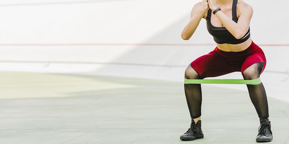 esercizi con elastici gambe