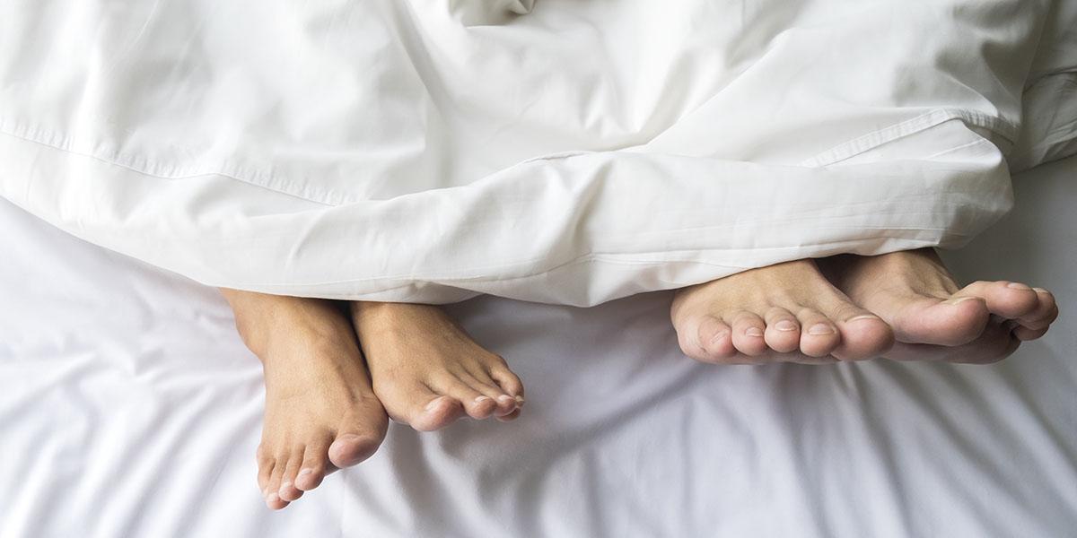 Piedi su un letto