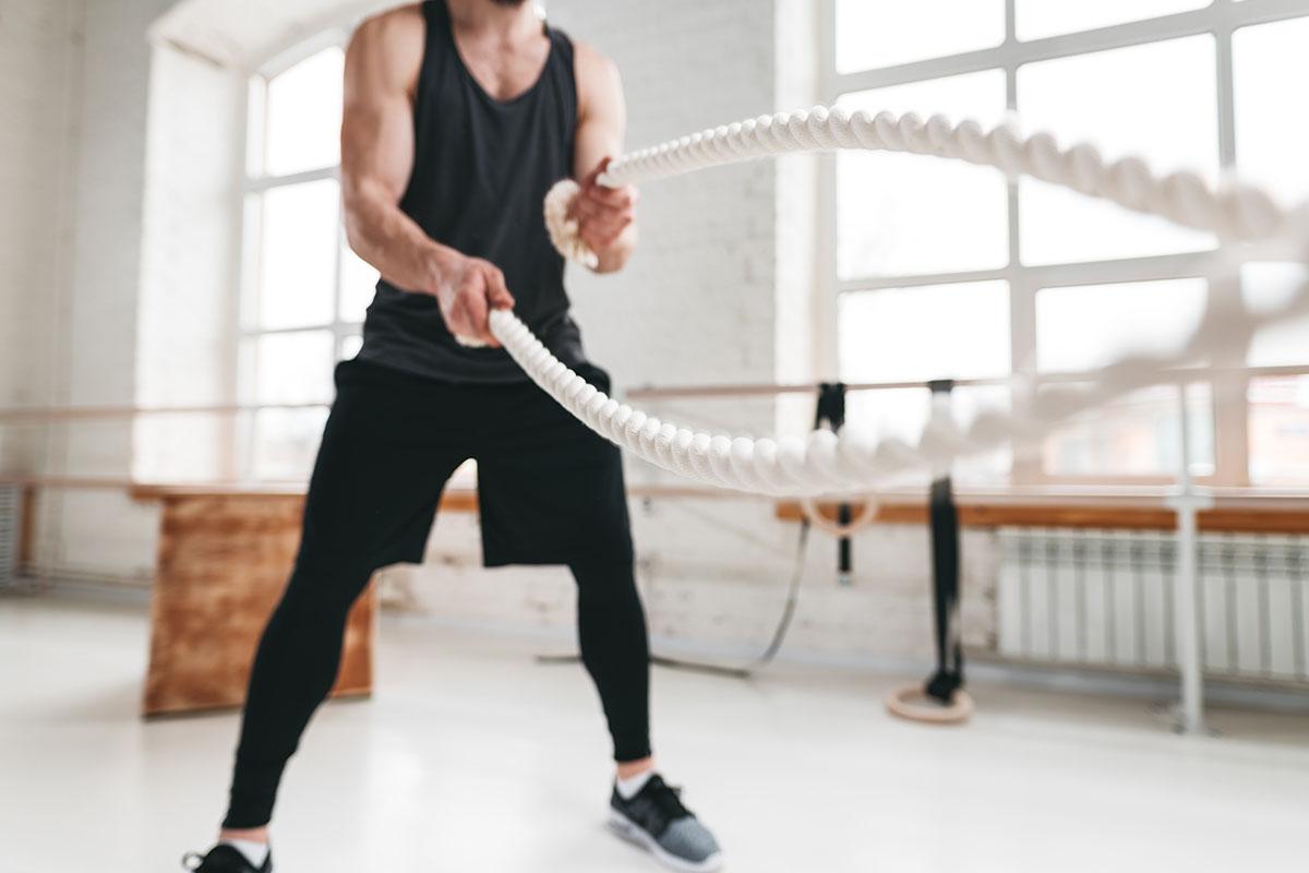 Allenarsi a corpo libero o con i pesi?